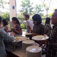 Para peserta workshop antri makan siang
