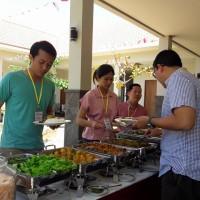 Para peserta fokus ambil makan siang