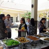 Para peserta workshop menikmati makan siang